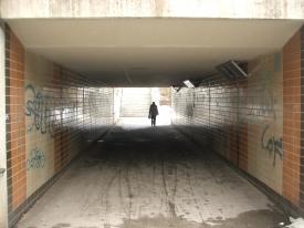 Allein im Tunneldurchgang