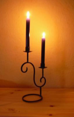 Zwei gemütlich brennende Kerzen