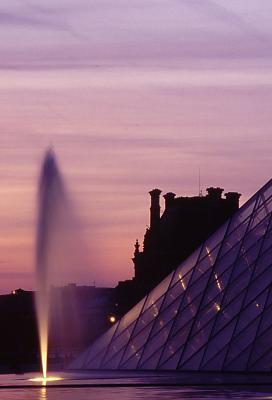 pyramide vor louvre mit fontäne