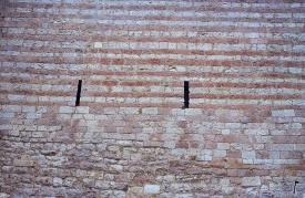 Mauer mit Stanzung