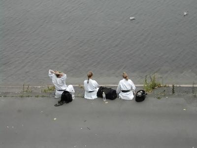 Karatekas am Wasser