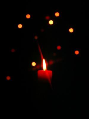 Kerze vor Weihnachtsbaum