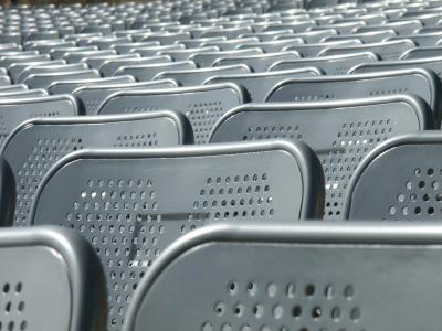 Leere Sitzreihen