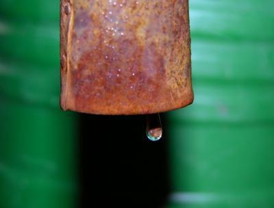 Wassertropfen, Gießkanne und Rost