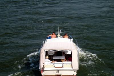 Motorbot in Donau