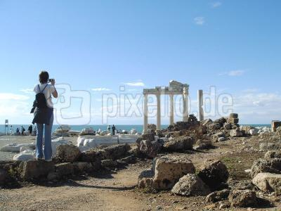 Claudia fotografiert den Apollotempel