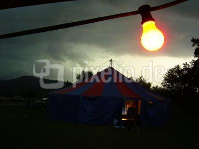 Zirkuszelt mit Glühlampe