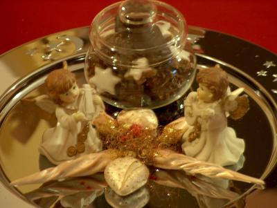 Weihnachtsteller mit Engeln und Gebäck