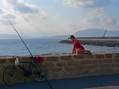 Eine kleine Meerjungfrau in Alghero beim Angeln