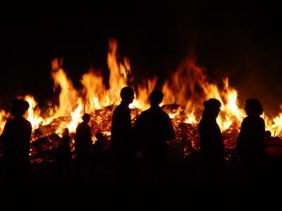 Schattenrisse am Walpurgisfeuer