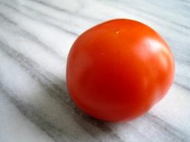 Tomate auf Marmor