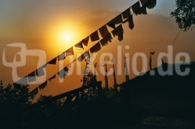 Sonnenuntergang hinter Gebetsfahnen