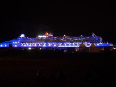 Queen Mary 2 bei Nacht