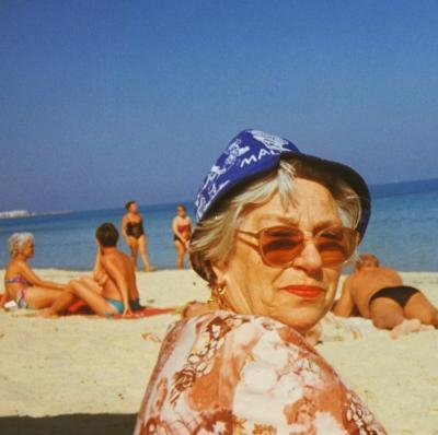 Eine  Deutsche Rentnerin am Strand in Tunesien