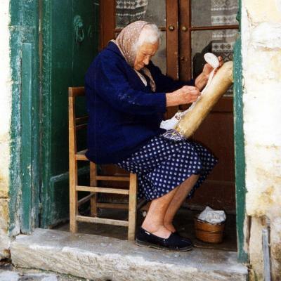 Eine Weberin in Marsaxlokk ( Malta)