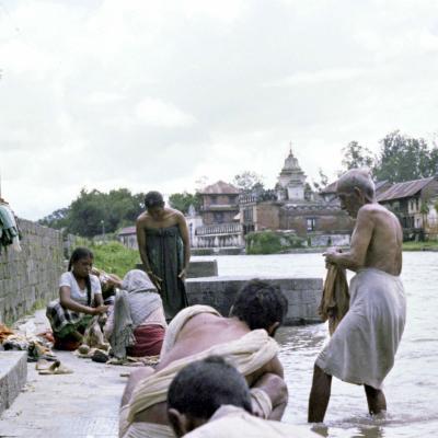 Heilige Waschung im Fluss Bagmati in Kathmandu