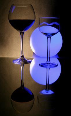 Gläser und blaue Kugel