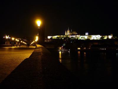 Prager Burg bei Nacht mit Karlsbrücke