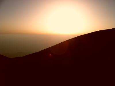 Die Sonne geht unter auf dem Vulkan