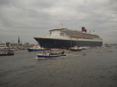Queen Mary II verläßt den Hamburger Hafen
