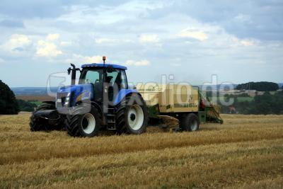 Stroh packen oder New Holland Traktor
