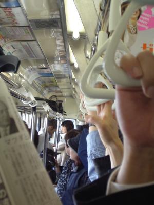 Haltegriffe in der vollen U-Bahn von Tokyo