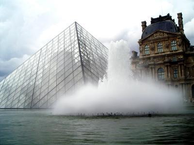 Fontaine und Pyramide im Louvre