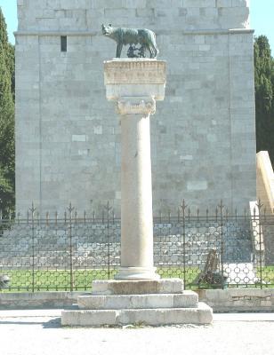 Säule Romulus und Remus in Aquilea/Italien