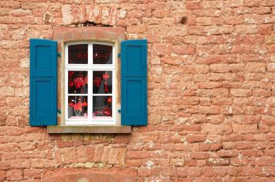 Hauswand mit Fenster
