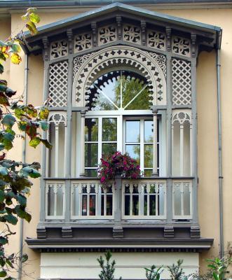 Idyllisches Altbaufenster im Herbst