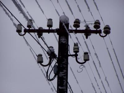 Telegraphenleitungen im grauen Winterhimmel