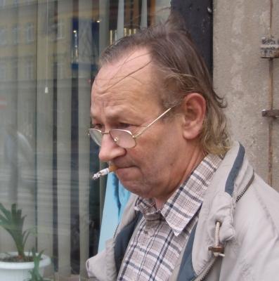Ein Mann mit der Zigarette