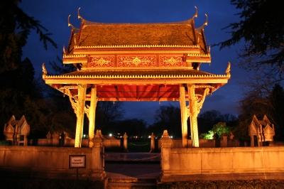 Siamesischer Tempel (Thai Sala) im Kurpark Bad Homburg bei Nacht