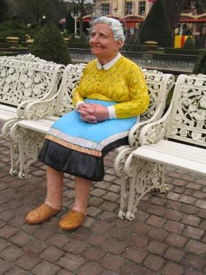 Alte Frau auf einer Parkbank