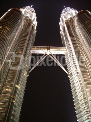 Twin Towers bei Nacht