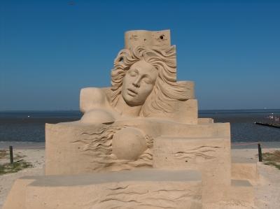 Frauengestalt aus Sand