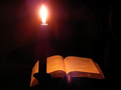 Gesangbuch bei Kerzenlicht