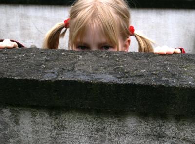 Auf der Lauer, hinter der Mauer