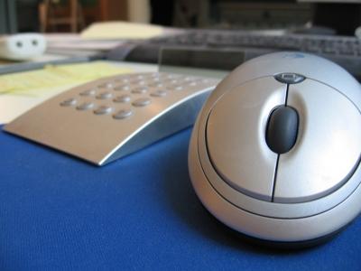 Computermaus und Taschenrechner auf dem Schreibtisch