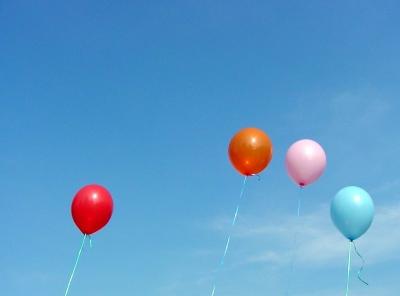 4 Ballons auf dem Weg zum Horizont