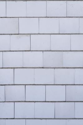 weiße Mauer hochkant
