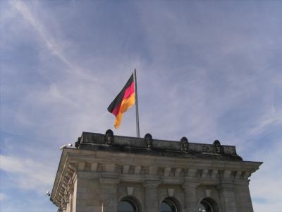Deutschlandflagge auf dem Dach des Reichstags in Berlin