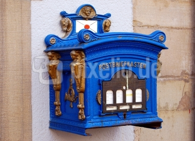 Briefkasten in blau