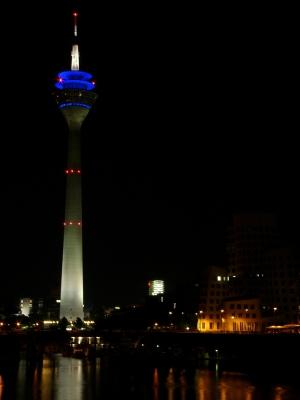 Fernsehturm in Düsseldorf bei Nacht