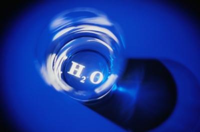 Wasserglas mit H2 O