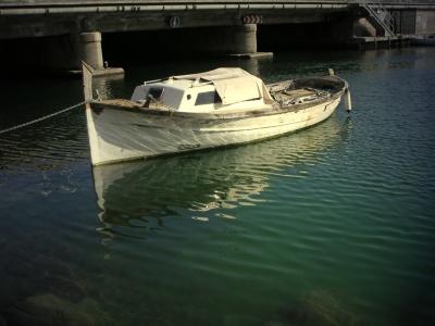 ein Motorboot vor Anker