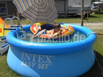 Im Pool relaxen (1)