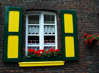 farbenfrohes Altbaufenster