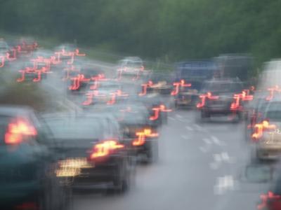 Holprige, regennasse Autobahn