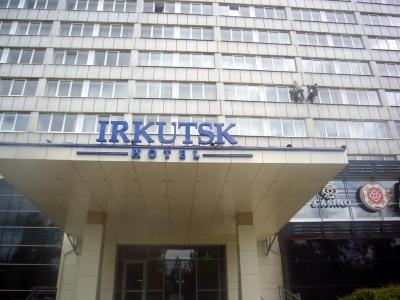 Zwei Männer auf der Fassade eines Hotels in Irkutsk